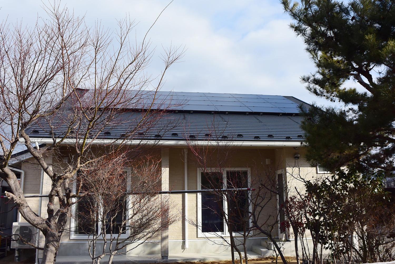 屋根の上には太陽光発電5.18kw搭載。
