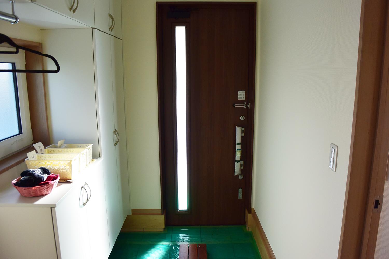 玄関右手にはコートも吊るせるようになっておりとても便利。