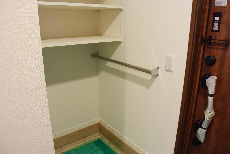 玄関右側にはとても便利なシュークロクを設置しました。