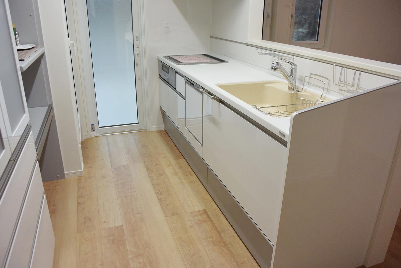 床の木目模様にぴったりの色合いのおしゃれなTOCLASのキッチン。