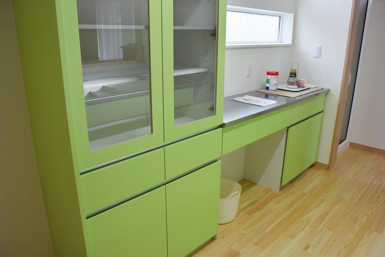 キッチンとお揃いの食器棚。機能的でとても美しいデザインです。