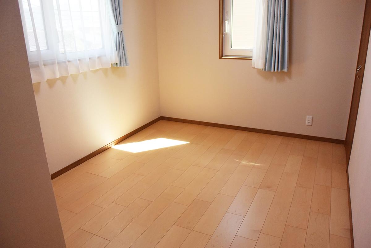 収納にも心配りをした、2Fの明るい洋室。