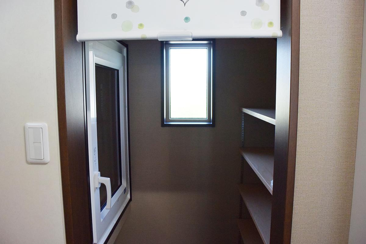 階段下をうまく利用した、食品庫スペース。
