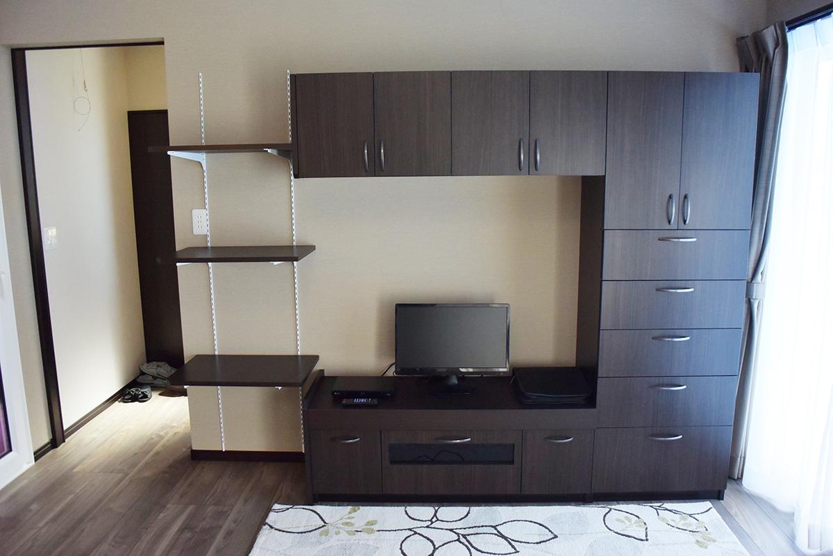 落ち着いた色合いの、手作りのテレビ棚。充実した収納が可能です。