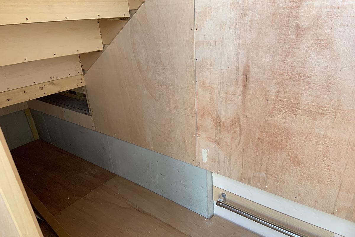 階段下スペース。家の外から物を出し入れできる収納スペースと成っています。