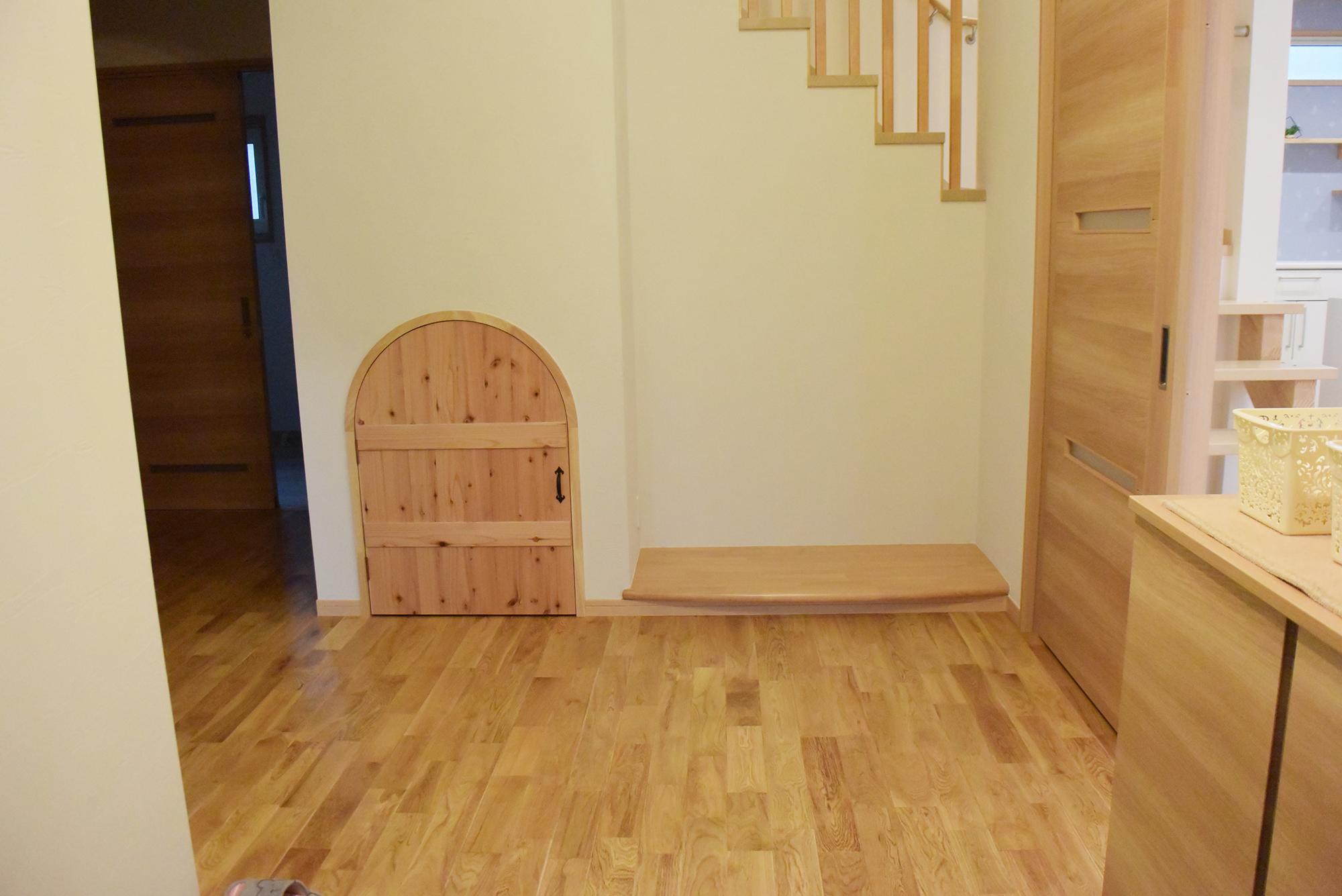 玄関ホールは広々としており、階段下もうまく収納スペースとして活用しています。