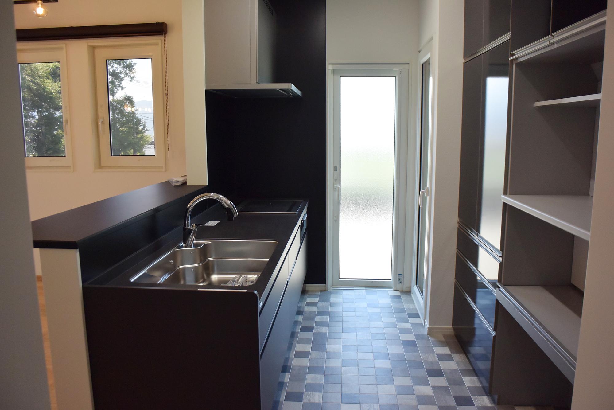 とても色合いの良いLIXILのキッチン。キッチンスペースは豪華なものに仕上がっています。