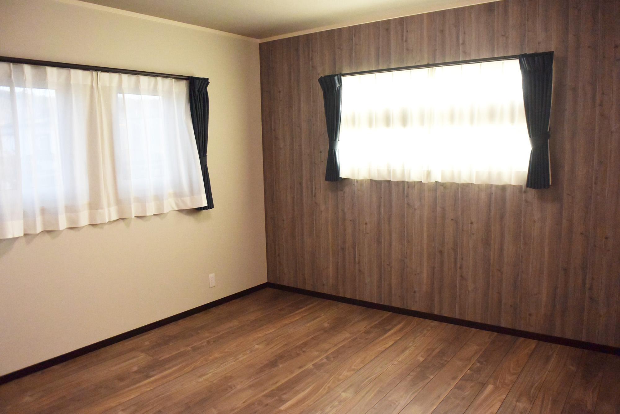 落ち着いた色合いの壁に囲まれた主寝室。広々WICも隣接しています。