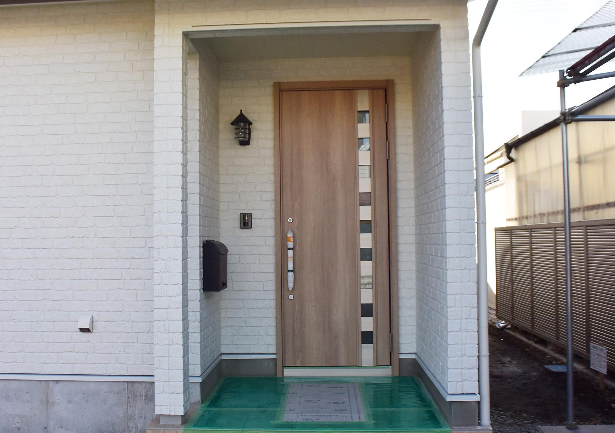 堂々とした玄関ポーチ。外壁も美しく、また耐久性も十分です。