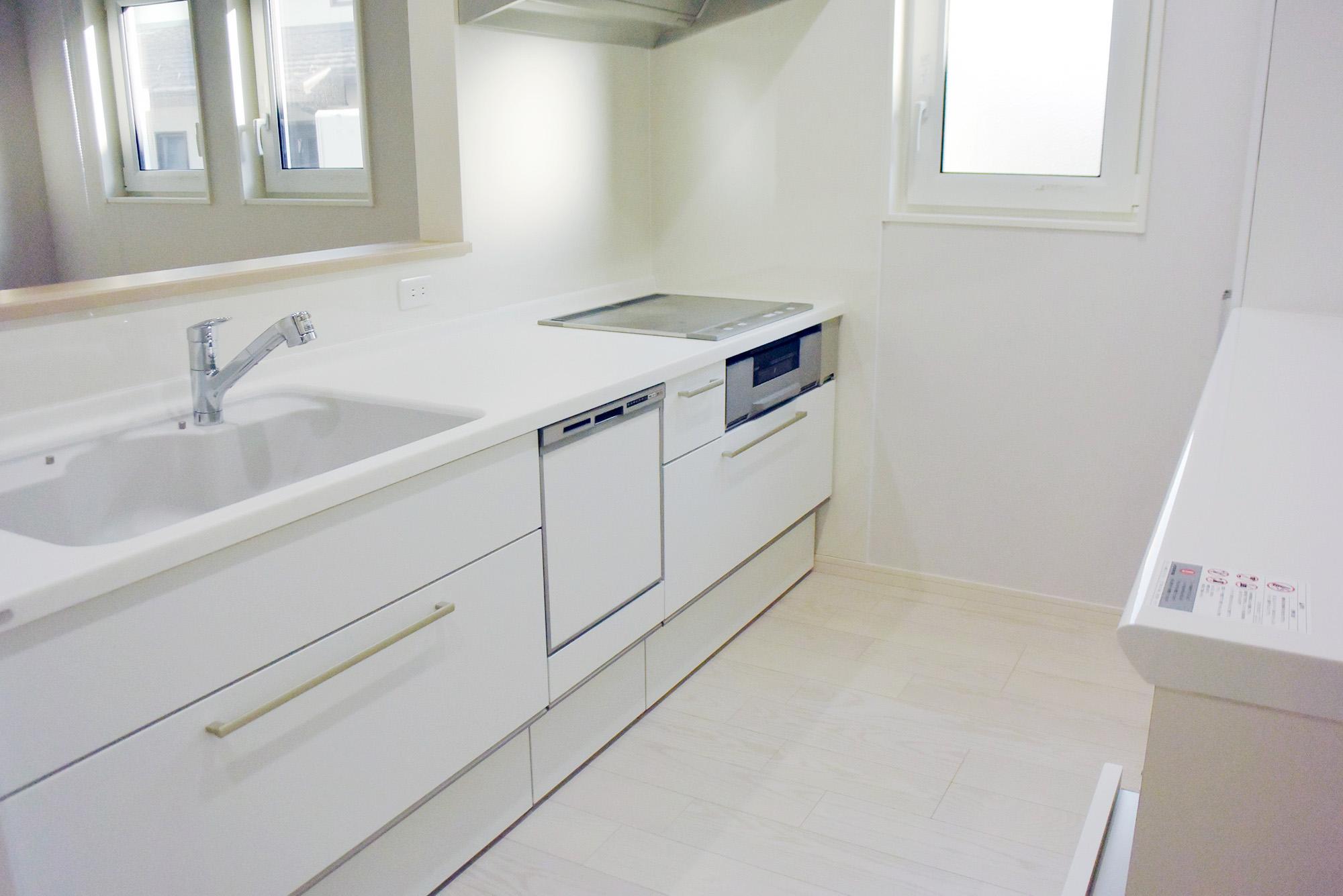 白く清潔なイメージのキッチンスペース。