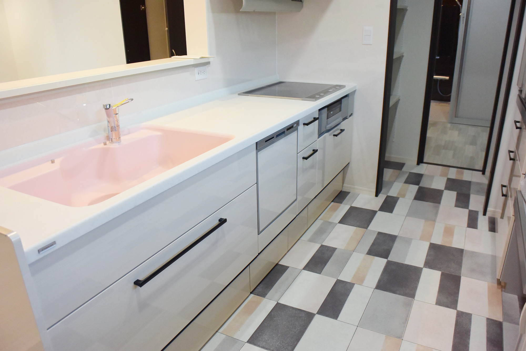 キッチンと、床の色合いがまさに絶妙の美しさです。