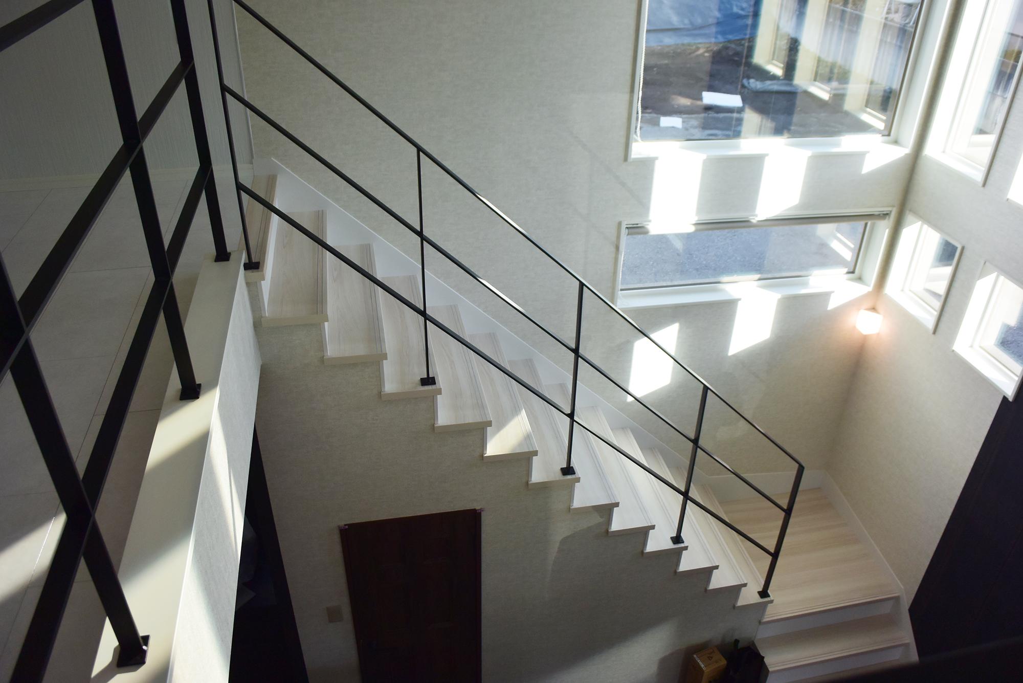 明るい陽光の中、吹き抜け階段を 二階に上がります。