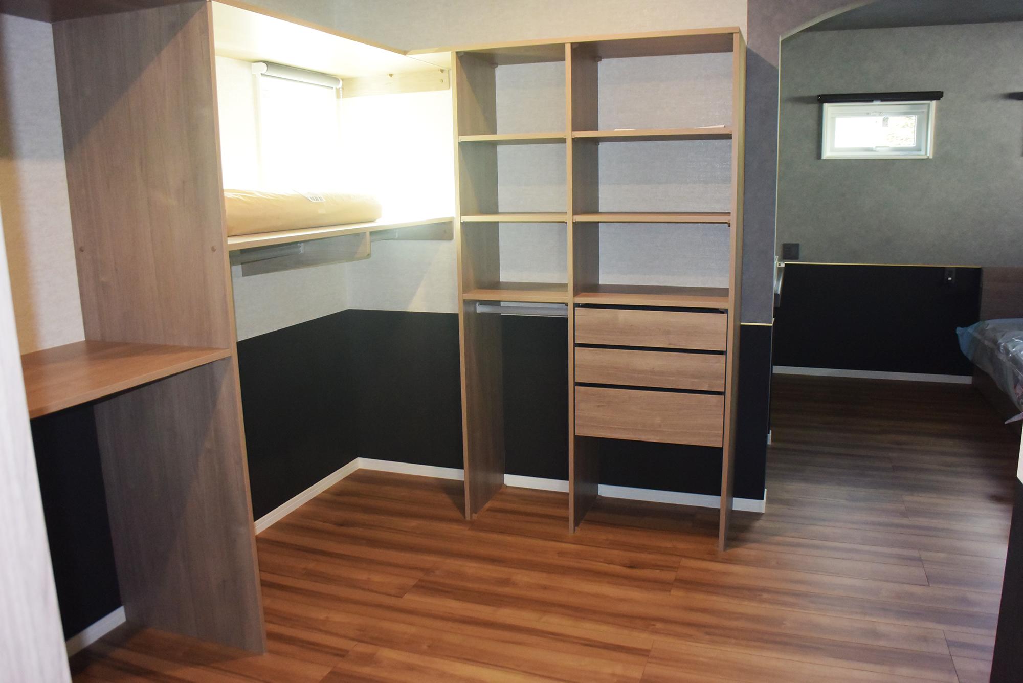 2Fとても広々ゆったりの主寝室。お洒落な手洗いも設置されていました。
