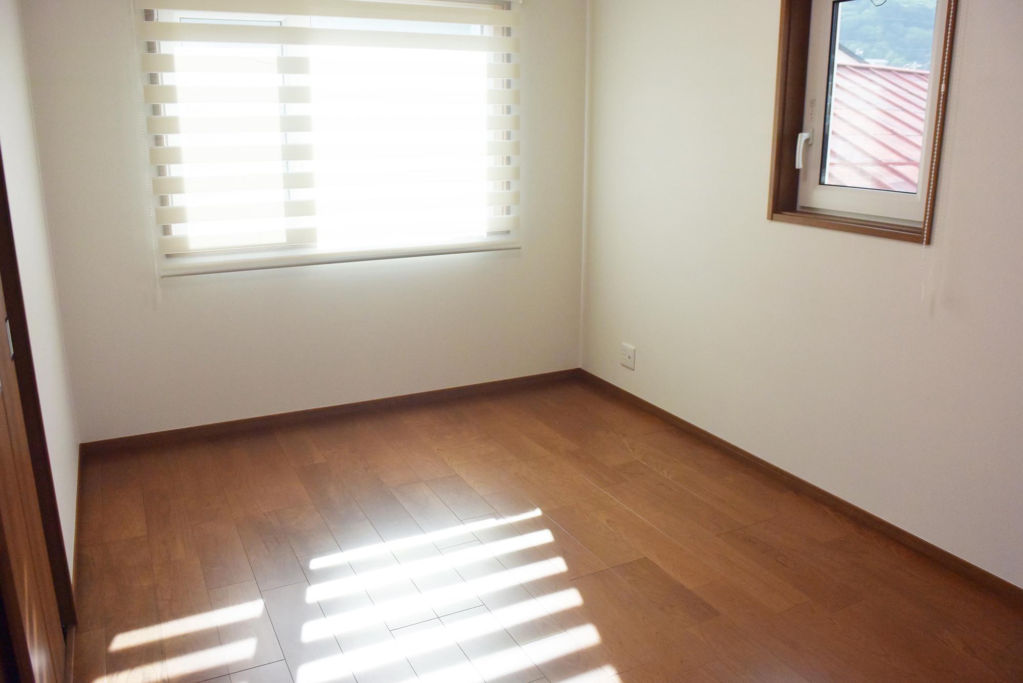 柔らかな光も差し込む、ゆったりと過ごせる2F洋室。
