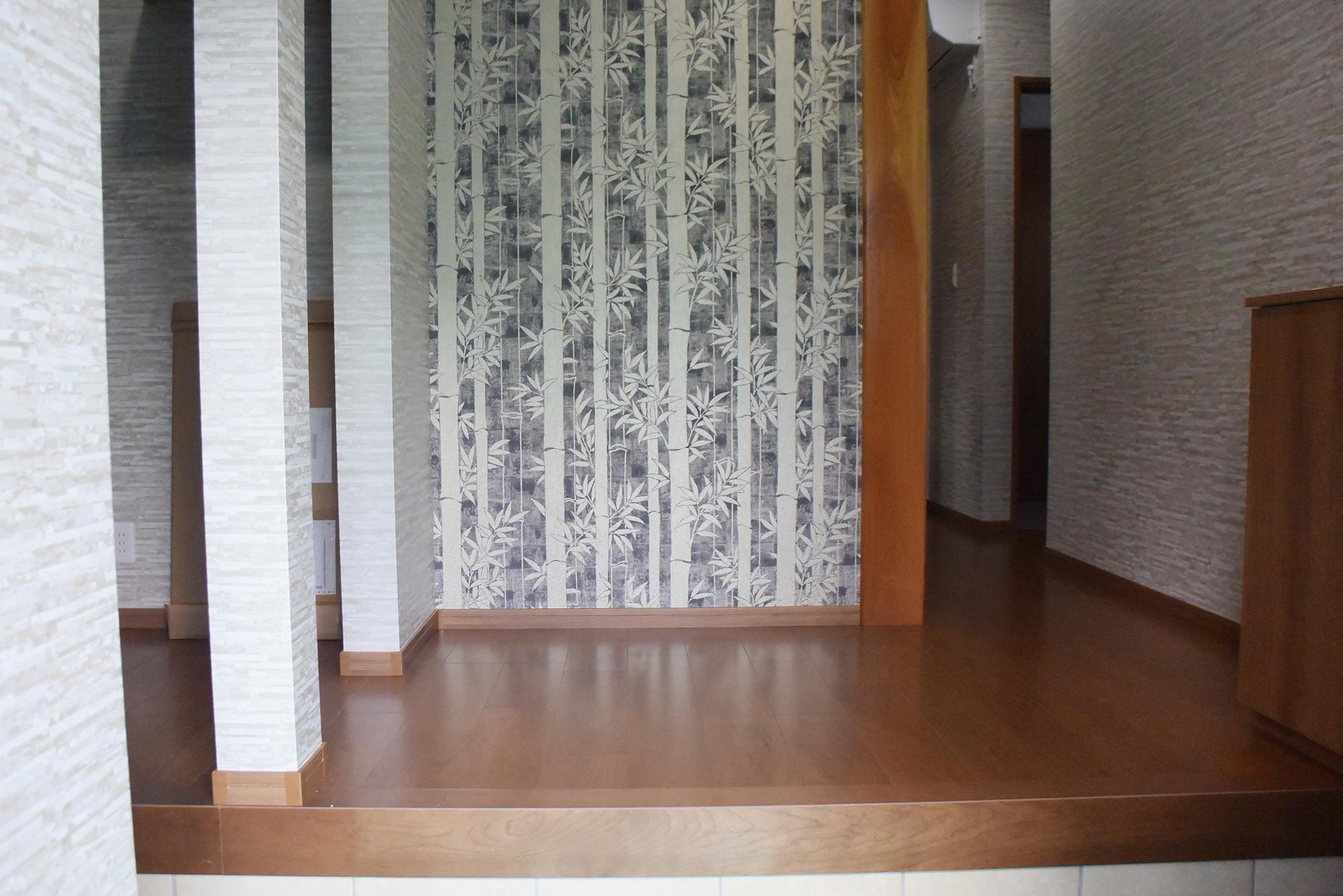 玄関ホールも広々です。旧住宅の思い出の柱を利用した、こだわりの玄関ホールです。