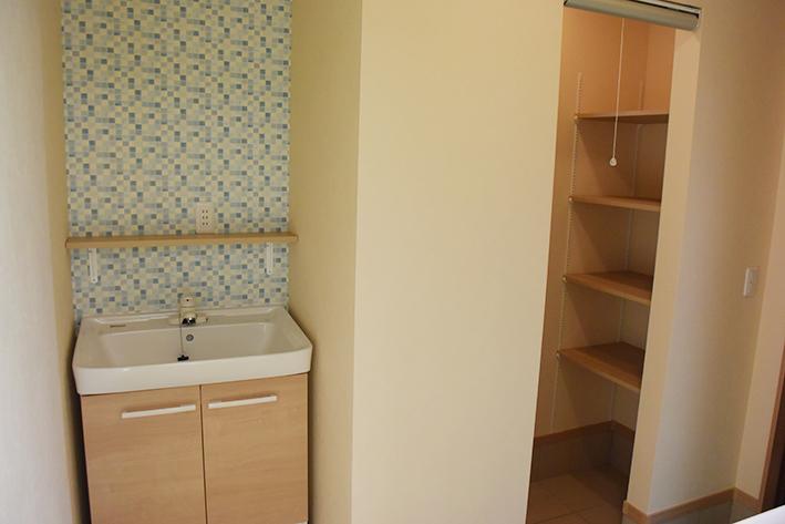 玄関を入ってすぐの場所に手洗いを設置。奥はシュークロークスペース。