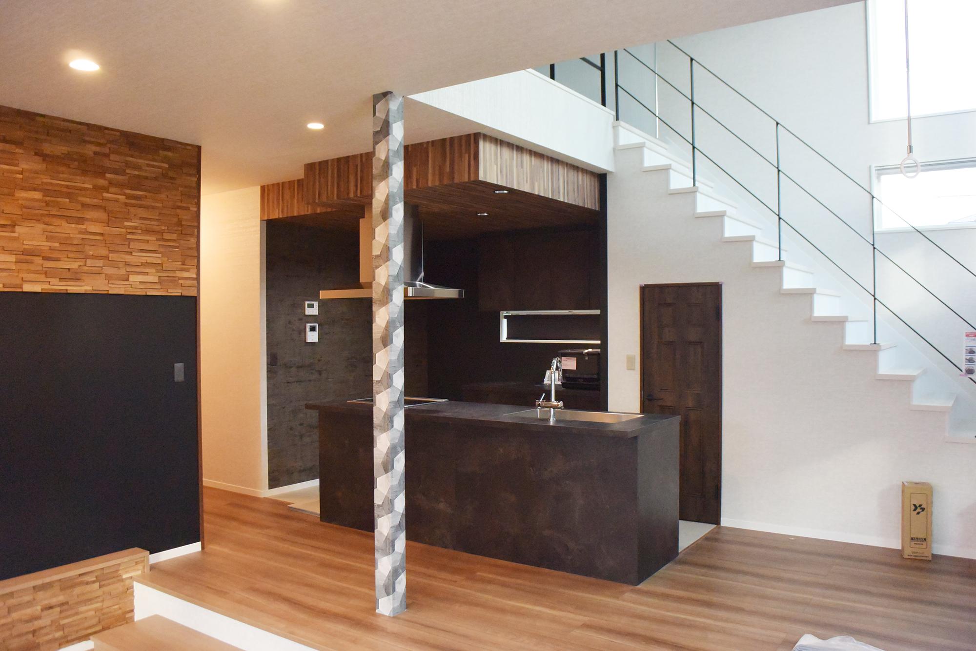 リビングからキッチンスペースと吹き抜け階段を見渡します。