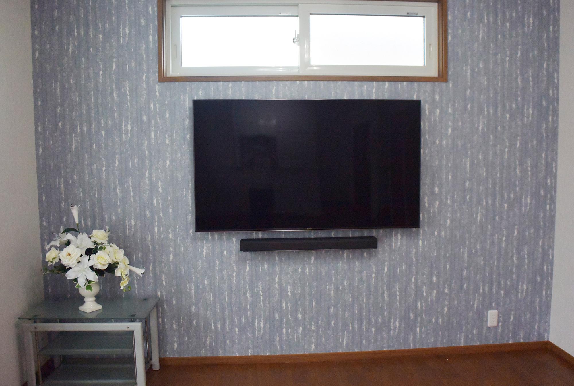壁掛けタイプのTVなので、TV周りはすっきりとしています。