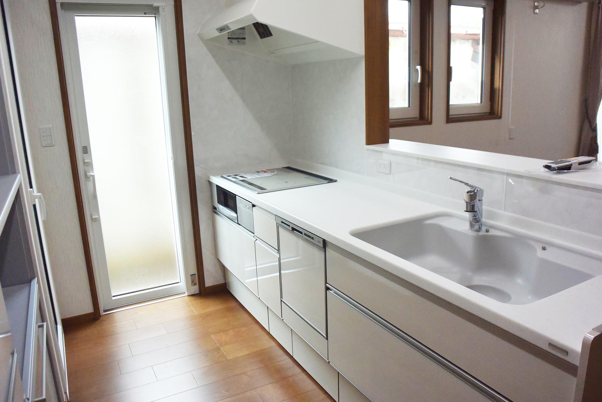 システムキッチンはきれいな白色を選択。清潔感があふれています。