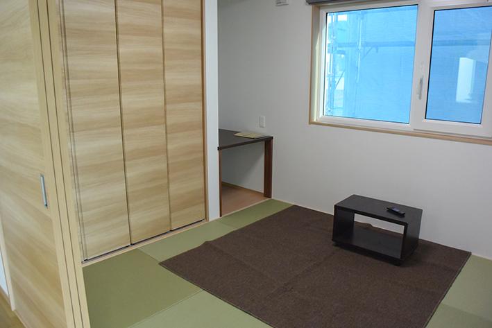 1F和室。収納スペースもたっぷりに作られています。