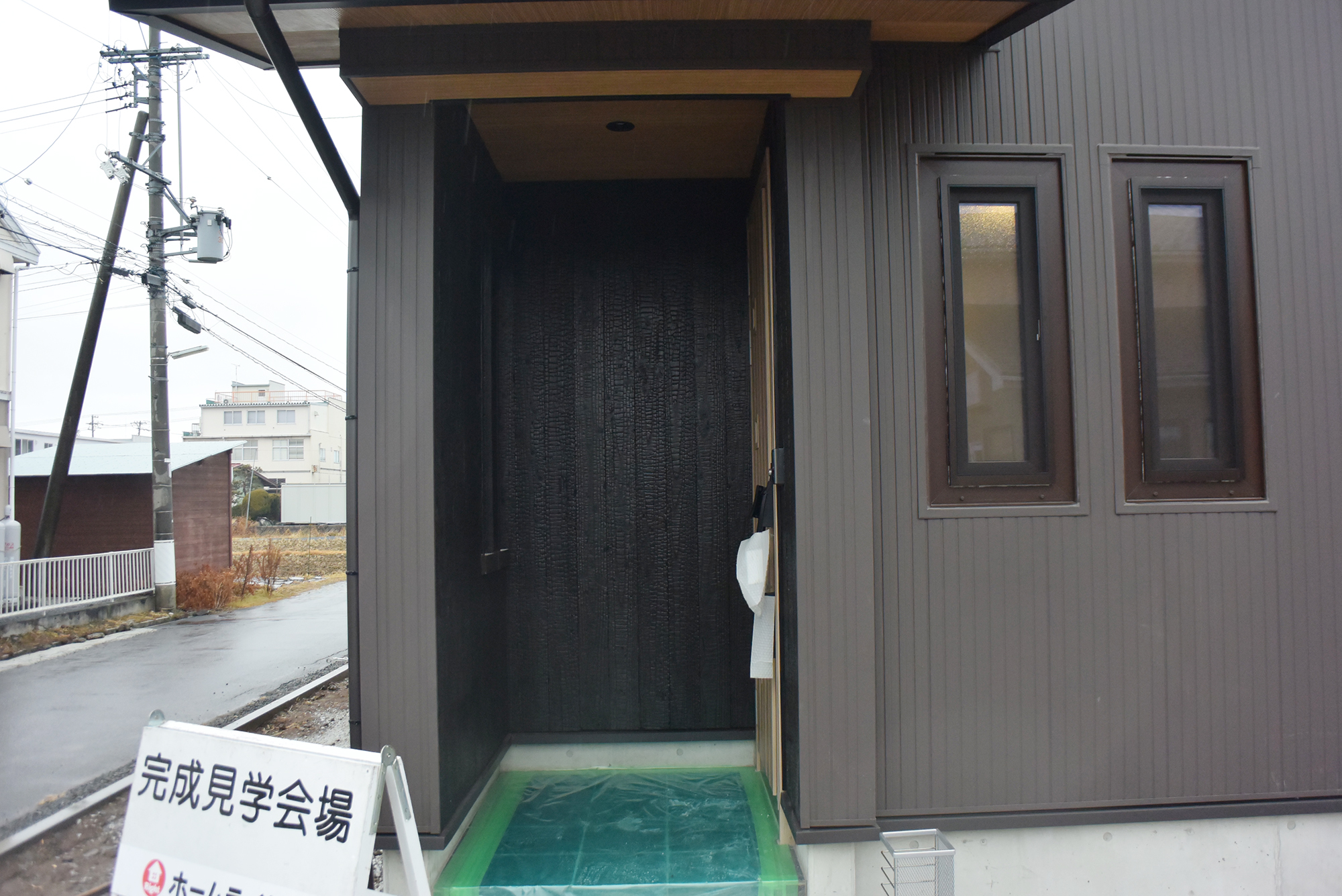 ゆったりとした玄関ポーチ。お客様を迎えるのに最適です。