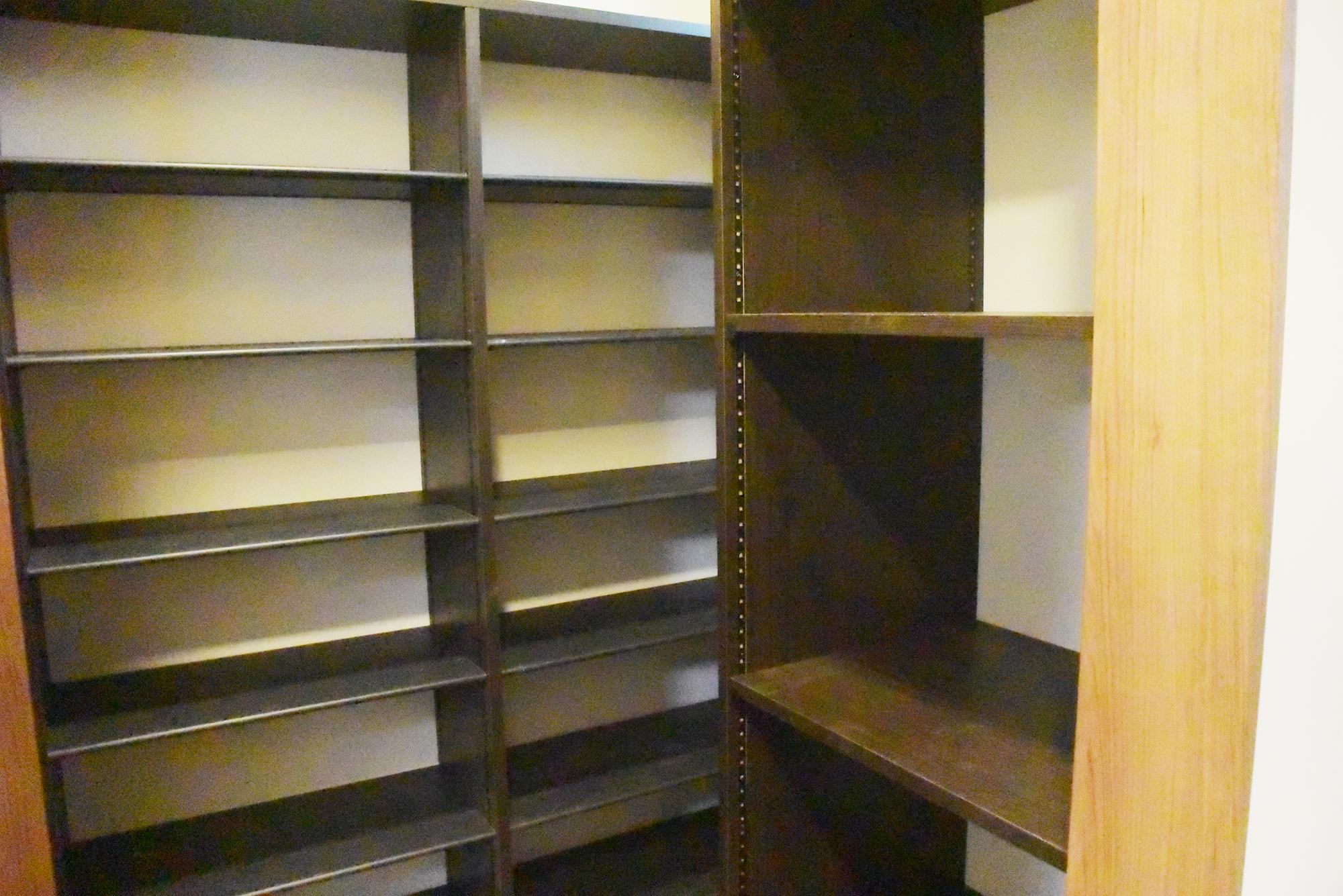 玄関ホールの右手にはたっぷり収納できるシュークロークのスペース。