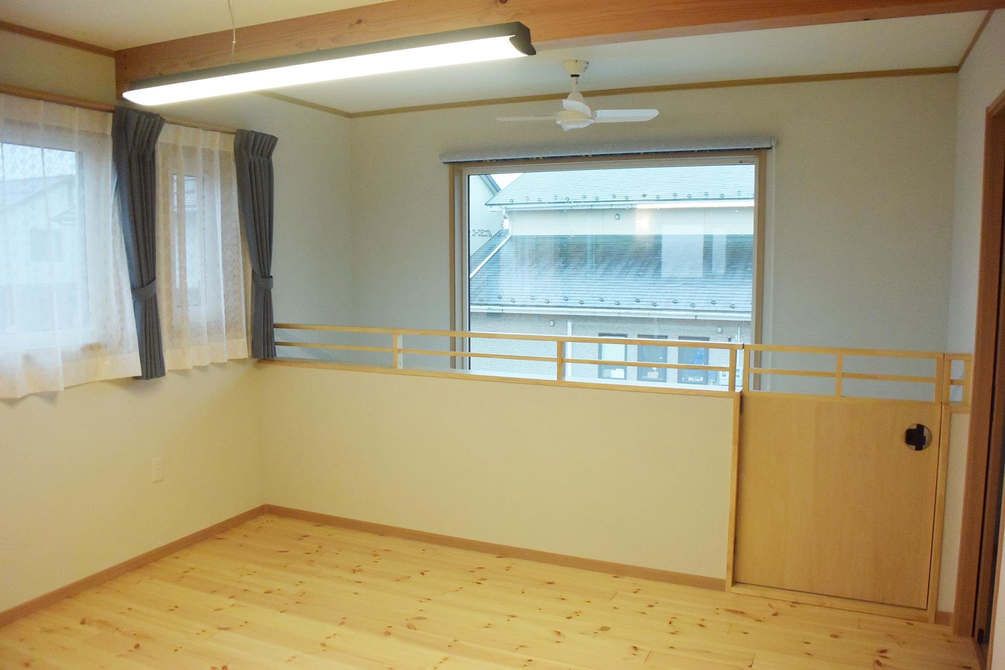 階段を上がると2Fホールがあります。吹き抜け空間もありとても開放的な空間です。